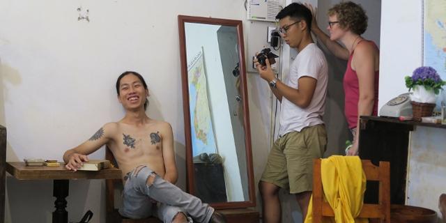 Valerie Kattenfeld mit Jugendlichen aus Vietnam