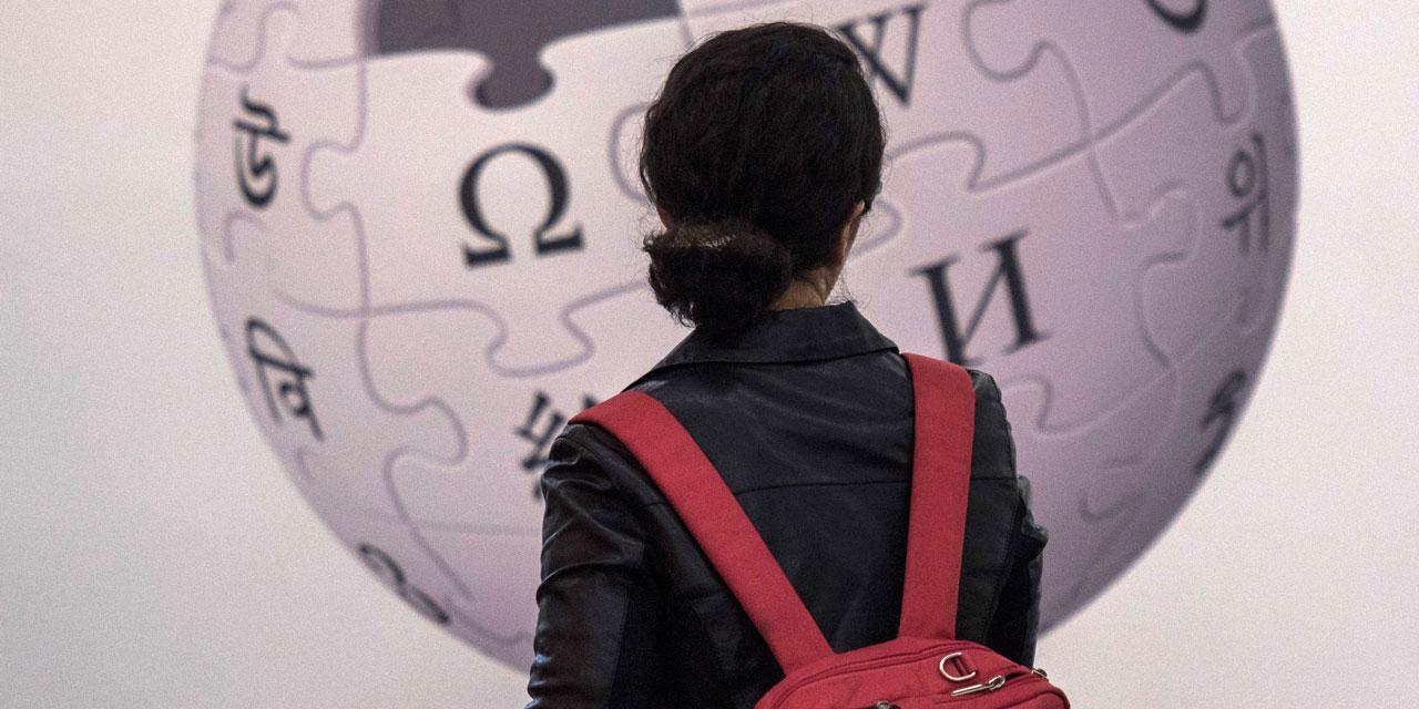 Frau vor Wikipedia-Plakat