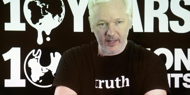 Wikileaks-Gründer Julian Assange spricht am 04.10.2016 in Berlin mit einer Video-Liveschaltung bei einer Pressekonferenz zum 10. Geburtstag von Wikileaks.