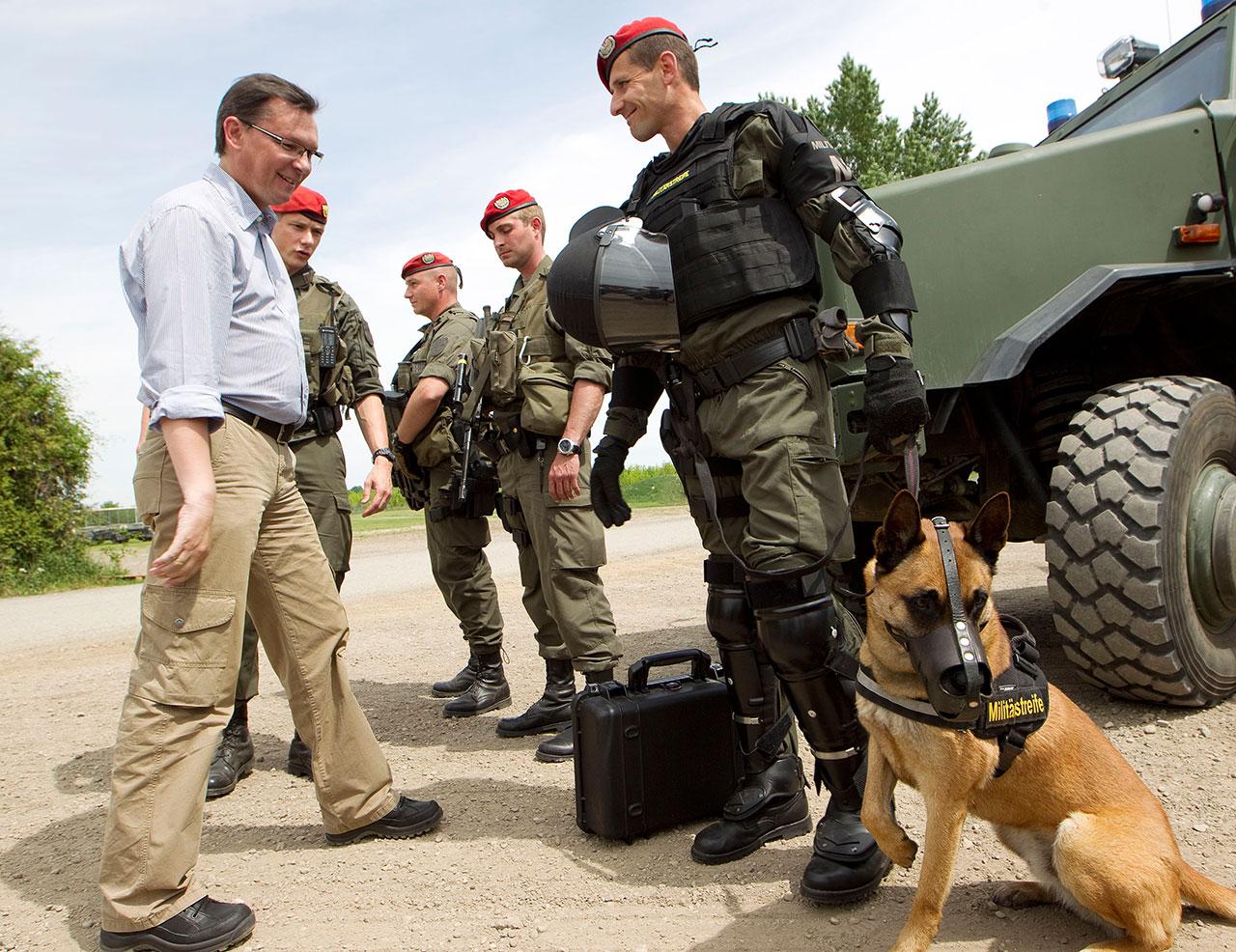 Norbert Darabos mit Österreichischen SoldatInnen 2012