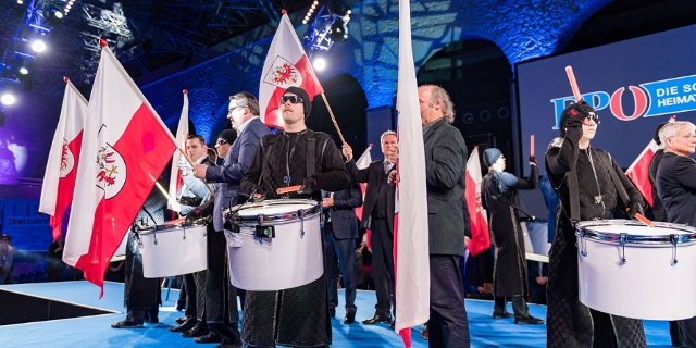 Wahlkampfauftakt der Tiroler FPÖ mit Trommeln und Fahnen