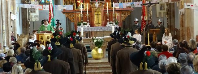 Altartotale mit Gemeinde während eines Festgottesdienstes