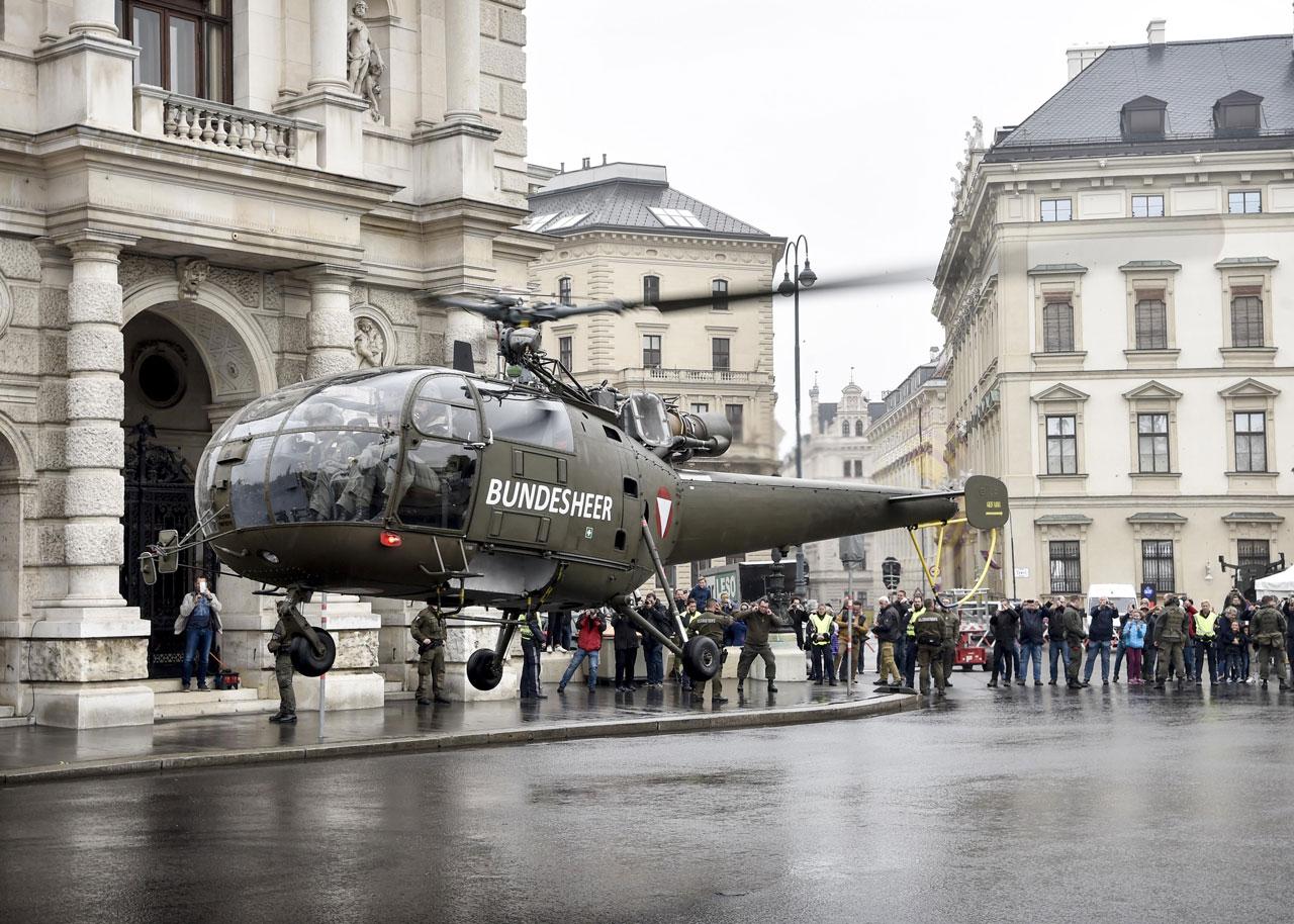 Landung Hubschrauber des Bundesheeres vor dem Burgtheater in Wien