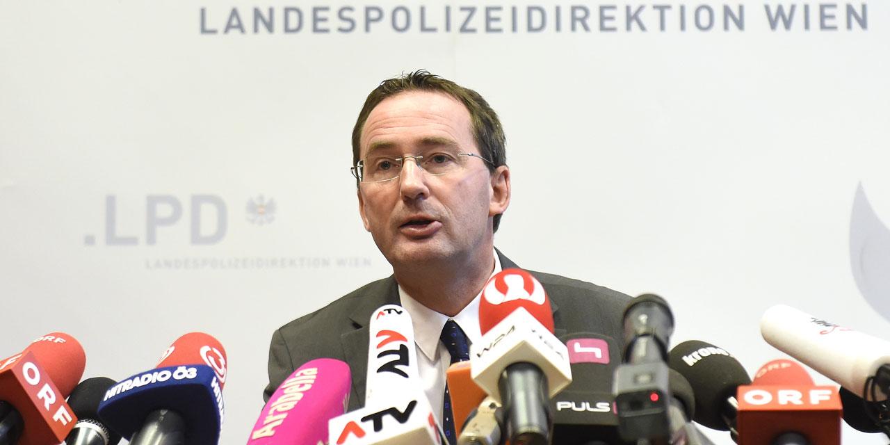 Der Wiener Polizeipräsident Pürstl auf einer Pressekonferenz 2015