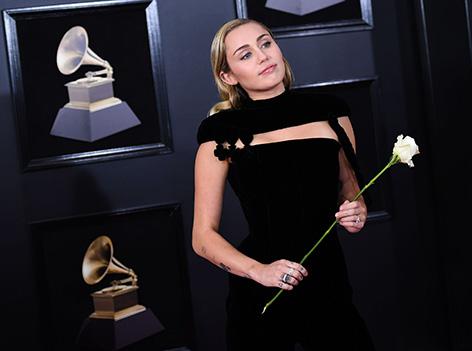 Miley Cyrus bei den Grammys mit einer weißen Rose