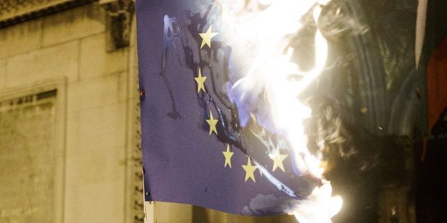 Brennende EU-Flagge