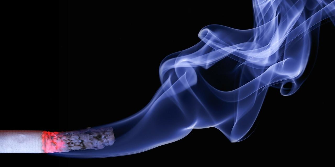 Zigarette mit Rauch im Dunkeln