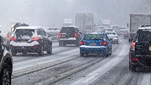 Autos fahren im Winter bei Schneefall, viel Schnee neben der Fahrbahn