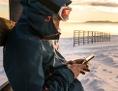 Wintersportler mit Smartphone