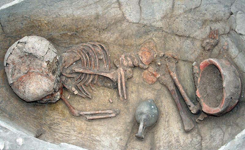 Gefäßbestattung eines Kindes, zweites Jahrtausend v. Chr.