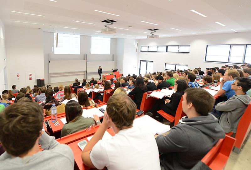 Studenten in einem Hörsaal der WU in Wien