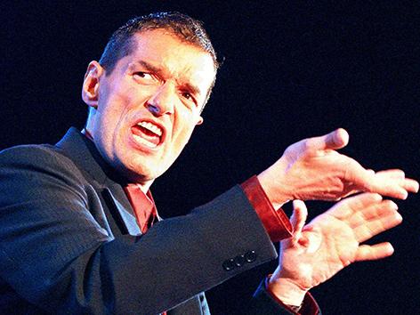 Der Musiker Falco bei einem Auftritt 1997