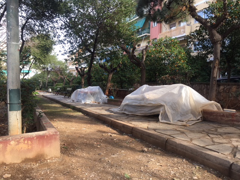 Obdachlosigkeit in Athen: Menschen schlafen im Park unter Planen