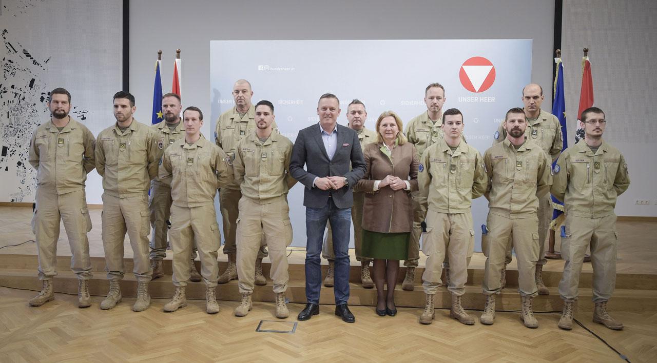 Verteidigungsminister Mario Kunasek und Außenministerin Karin Kneissl am Freitag, 12. Jänner 2018, anl. der Verabschiedung des Mali-Kontingents des österreichischen Bundesheers in Wien.