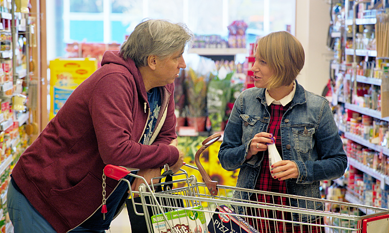 Werner Boote und Kathrin Hartmann beim Einkaufen im Supermarkt
