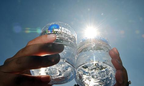 Zwei mit Trinkwasser gefüllte Gläser