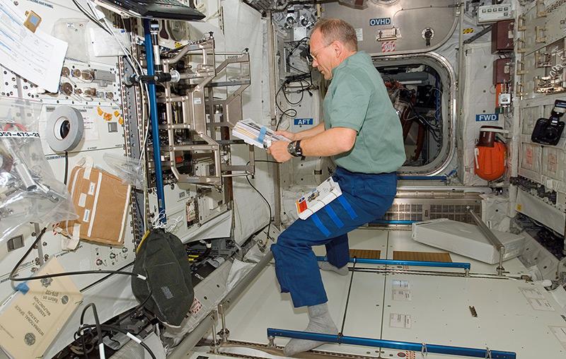 Schwebender Astronaut im Inneren des Weltraumlabors Columbus