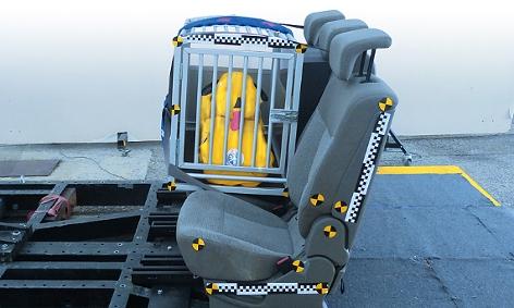 Alubox mit gelbem Hundedummy im Crashtest