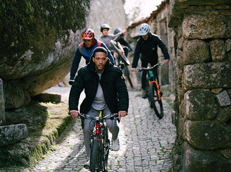 Cesár Samson gährt Fahrrad, hinter ihm folgen weitere Radfahrer