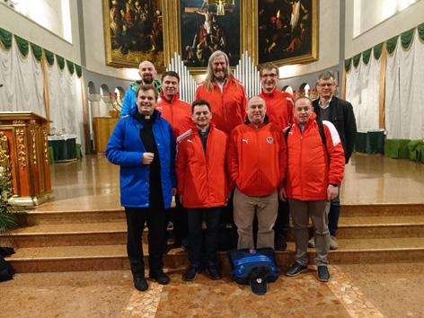 Die österreichische Priester Fußball-Nationalmannschaft in der Kirche