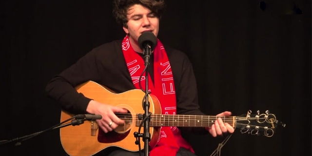 Faber mit seiner Akustikgitarre