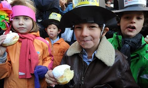 Kinder essen Faschingskrapfen