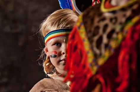 Ein Mädchen im Indianerkostüm