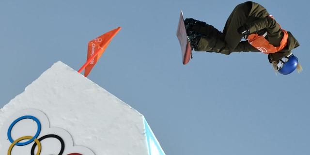 Anna Gasser springt mit Snowboard