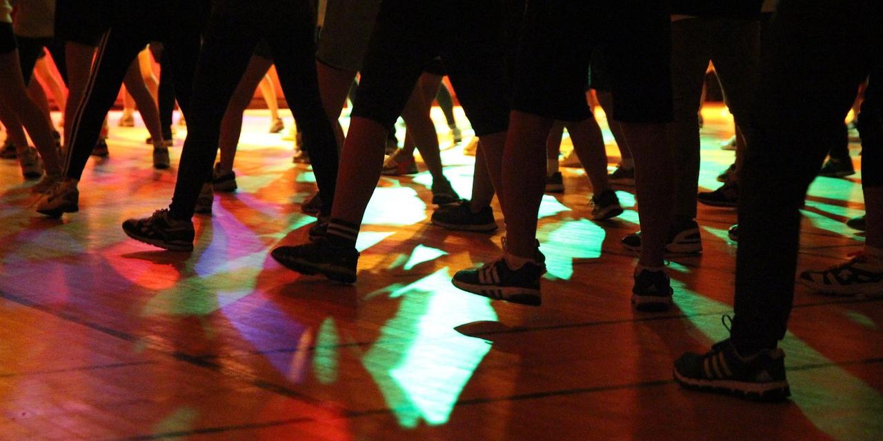 Füße von tanzenden Leuten