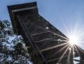 Turm aus Holz in Frankfurt am Main, Blick Richtung Himmel und Sonne