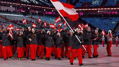 Anna Veith führt als Fahnenträgerin das Österreichische Olympia-Team ins Stadion