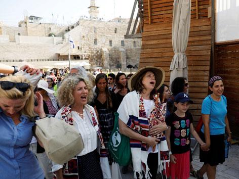 Frauen mit Gebetsschals nahe der Klagemauer in Jerusalem