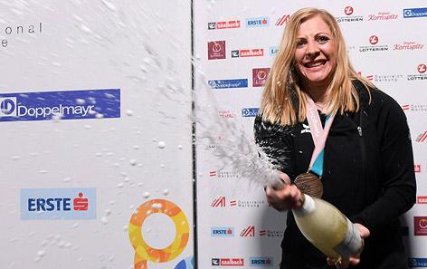 Katharina Gallhuber mit Sektflasche