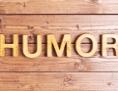Humor aus Holzbuchstaben geschrieben