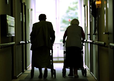 Senioren mit Rollator im Alterswohnheim