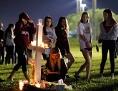 Jugendliche bei einem von 17 aufgestellten Kreuzen mit Kerzen für die Opfer des Schulmassakers in Florida
