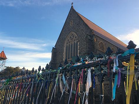 Bunte Bänder am Zaun vor einer Kirche in Melbourne