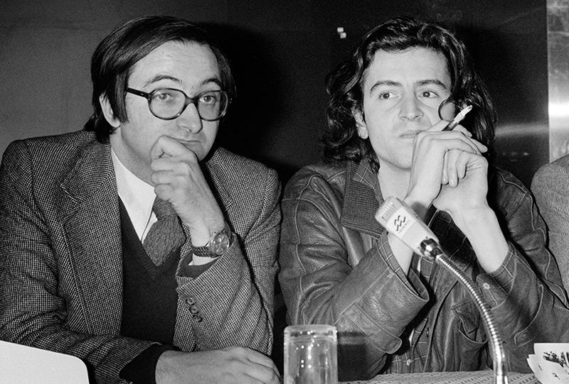 Levy 1980 neben dem Wirtschaftswissenschaftler Jacques Attali bei einer Pressekonferenz