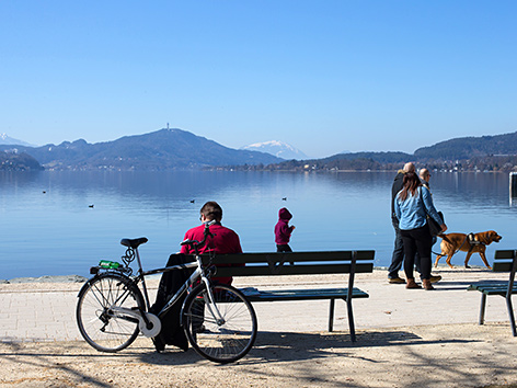 Menschen an einem See