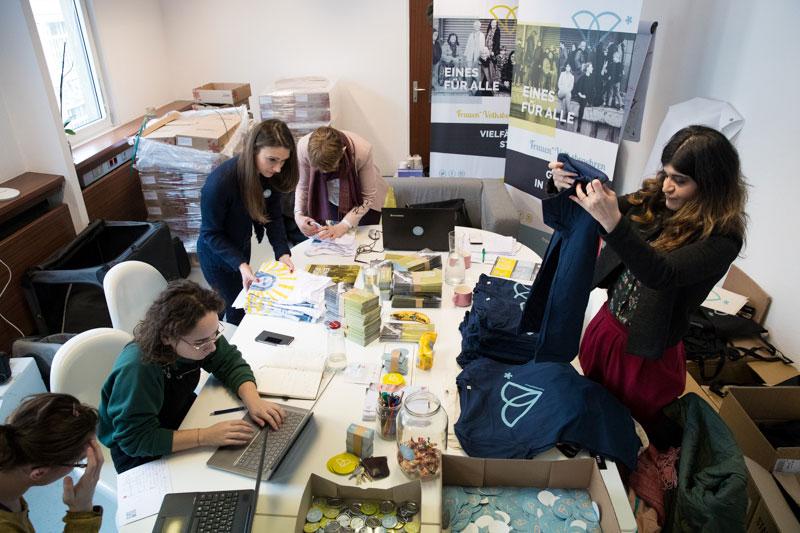 Auf 30 Quadratmetern organisieren Freiwillige das Frauenvolksbegehren 2.0, das Zimmer dient gleichzeitig als Lagerraum