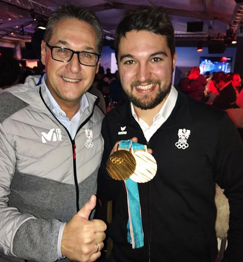 Gleirscher und Heinz-Christian Strache mit Medaillen