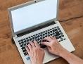 Laptop und Hände