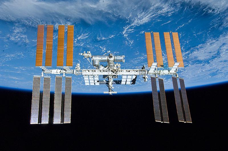 Raumstation ISS, im Hintergrund die Erde
