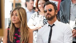 Jennifer Aniston und Justin Theroux sitzen nebeneinander