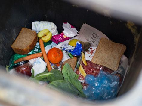 Blick in einen Mistkübel mit weggeworfenen Lebensmitteln