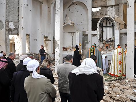 Messe in einer zerbombten syrisch-orthodoxen Kirche in Deir Ezzor, Syrien
