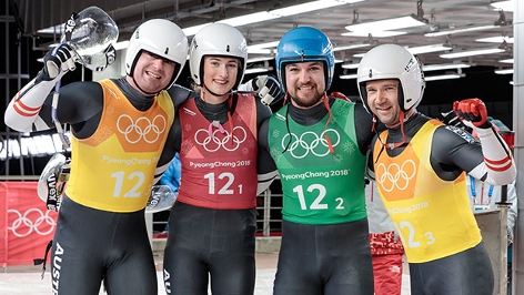Team Österreich mit Madeleine Egle, David Gleirscher und Peter Penz, Georg Fischler nach ihrem Lauf in der Rodel-Teamstaffel.