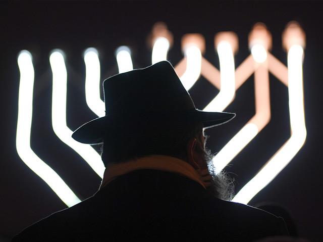 Judentum: Rabbiner vor dem Chanukkah-Leuchter