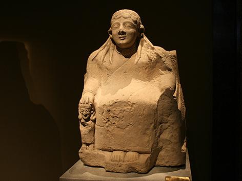 Steinstatue der Göttin Astarte auf einem Thron, 6. Jh. v. Chr.