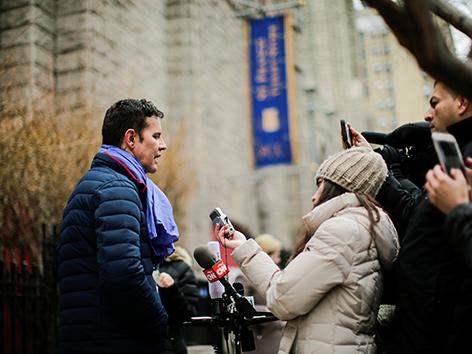 Missbrauchsopfer  Juan Carlos Cruz mit Journalisten
